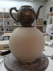 proceso de talla de escayola para sacar molde de tetera
